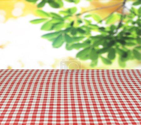 karierte Tischdecke und Unschärfe hinterlässt Hintergrund
