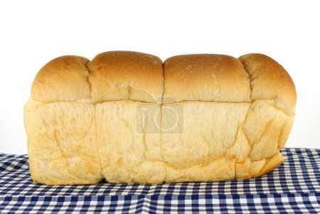 Laib Brot auf Tischdecke