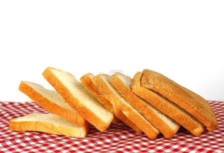 Der geschnittene Laib Brot mit Reflexion isoliert auf weiß