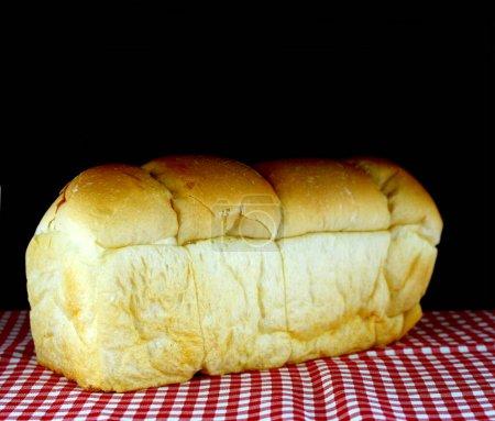Laib Brot auf schwarzem Hintergrund