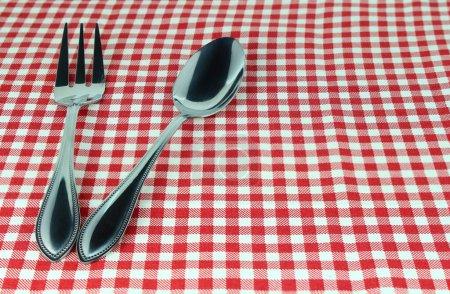 Silberbesteck Gabel und Löffel auf Tischdecke für Speisen servieren Hintergrund