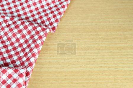 karierte Tischdecke rot auf dem Tisch