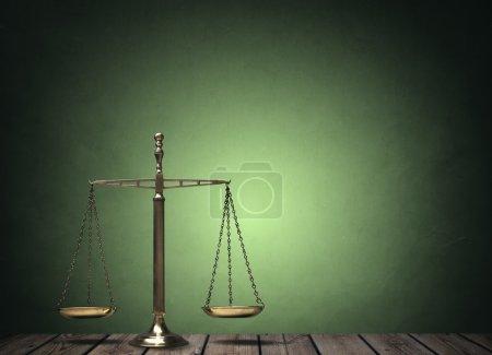 Photo pour Droit évolue sur le concept de bureau en bois pour la justice et l'égalité - image libre de droit