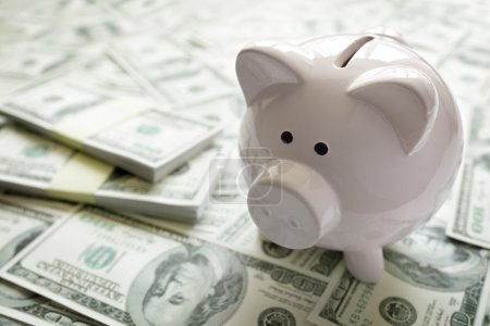 Photo pour Concept de tirelire sur l'argent pour le financement des entreprises, l'investissement, l'épargne ou les fonds de retraite - image libre de droit