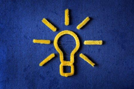 Foto de Concepto de inspiración tubo amarillo limpiador bombilla metáfora para una buena idea - Imagen libre de derechos