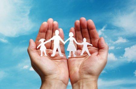 Papierkettenfamilie in Handschellen geschützt