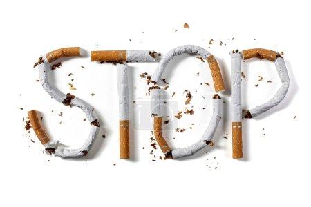 Photo pour Arrêter le mot fumer rédigé avec le concept de cigarette cassée pour cesser de fumer - image libre de droit