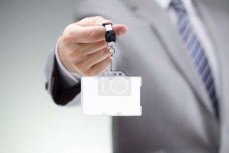 Photo pour Homme d'affaires affichant une carte blanche de nom d'identité sur une lanière - image libre de droit