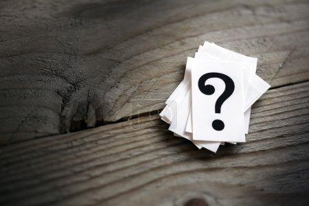 Foto de Montón de signo de interrogación en concepto de mesa para confusión, duda o solución - Imagen libre de derechos