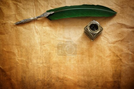 Photo pour Stylo plume et encre bien reposant sur papier parchemin vierge avec espace de copie pour le message - image libre de droit