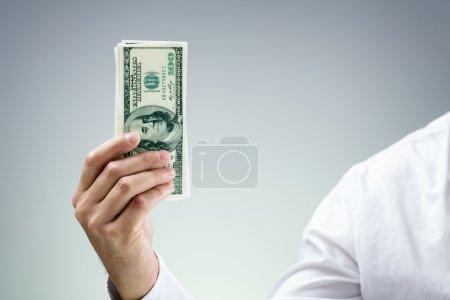 Photo pour Homme d'affaires détenant des billets de cent dollars, concept de paiement, don, richesse commerciale, capital-risque et banque - image libre de droit