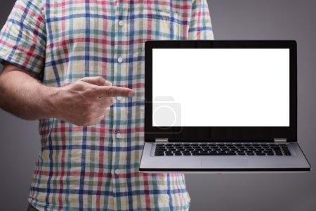 Photo pour Ordinateur portable avec écran blanc blanc détenu par casual homme prêt pour le contenu - image libre de droit