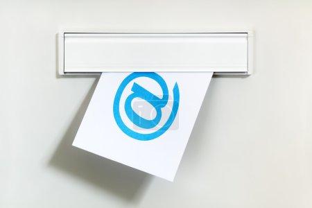 Photo pour Symbole sur lettre réalisé grâce à un concept de boîte aux lettres pour la communication internet, médias sociaux par courriel et nous contacter - image libre de droit