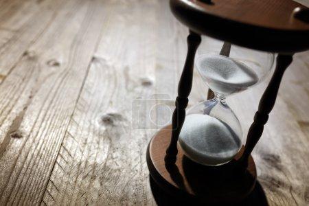 sablier sur table en bois