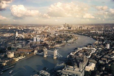 Photo pour Vue sur les toits de Londres en longeant la Tamise vers Tower Bridge et les gratte-ciel financiers de Canary Wharf - image libre de droit