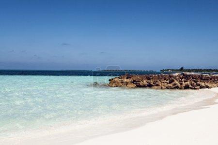 Photo pour Plage de sable blanc avec un ciel bleu nuageux et soleil - image libre de droit
