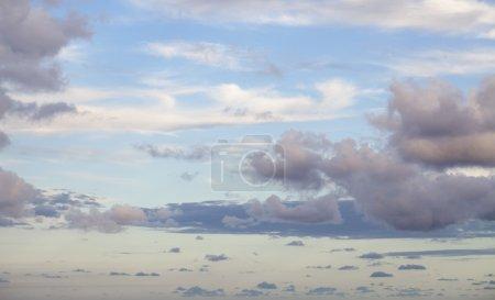 Photo pour Ciel bleu avec des nuages au coucher du soleil - image libre de droit