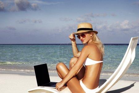 Photo pour Jeune et belle fille ont des vacances d'hiver saisonnières sur la plage dans un pays exotique - image libre de droit