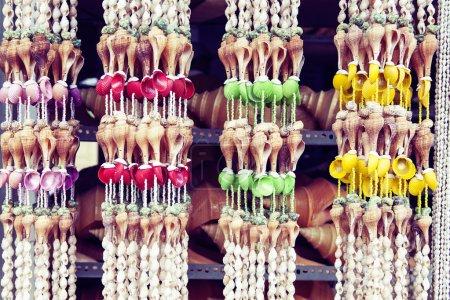 Photo pour Fond de coquillage, beaucoup de coquillages différents empilés - image libre de droit
