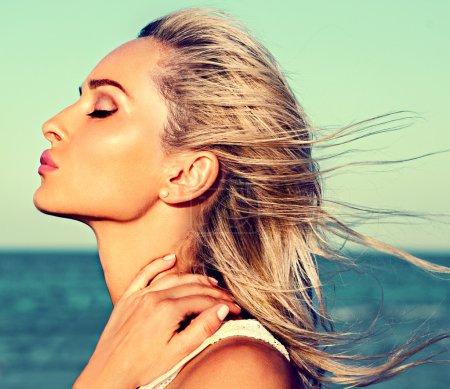 Photo pour Portrait de close-up de la belle jeune fille, le vent fluttering cheveux. - image libre de droit