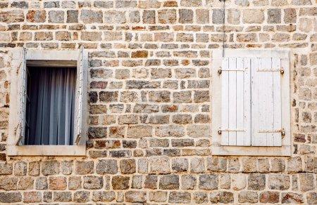 Photo pour Vieux mur avec des fenêtres en bois ouverts et fermés - image libre de droit