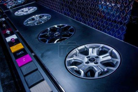 Photo pour Exposition de roues de voitures - image libre de droit