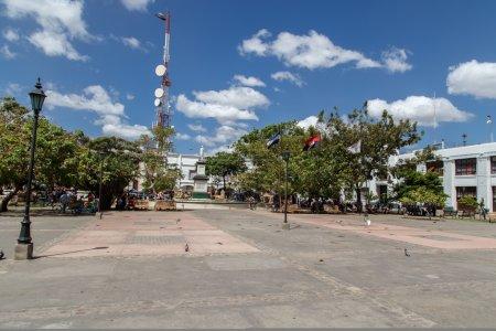 Photo pour Léon Nicaragua, vue sur le parc central avec la cathédrale en arrière-plan - image libre de droit