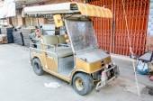 Upravený elektromobil ve starém městě