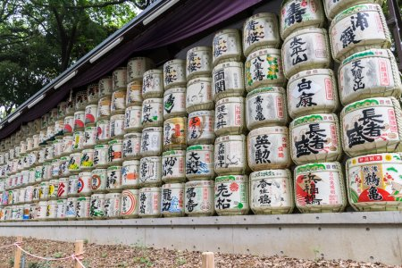 Photo pour Fûts de saké dans un temple japonais - image libre de droit