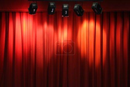 Photo pour Rideau de théâtre rouge photo originale - image libre de droit
