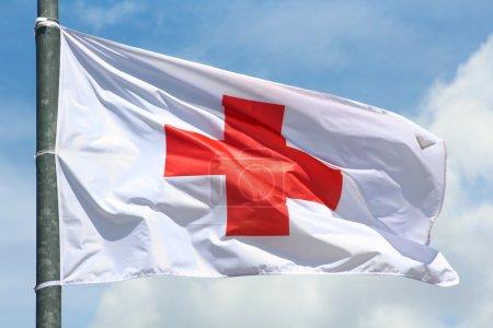 Photo pour Drapeau de la Croix rouge dans le vent, symbole international - image libre de droit