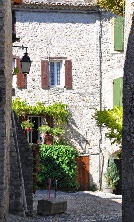 Photo pour Rue des Fours, qui s'ouvre sur la place des Vieux-Marches dans l'ancien village médiéval de Vaison-la-Romaine, en Provence, France. (prise en Haute Ville ) - image libre de droit