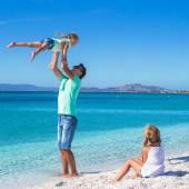 Otce a dvě děti během jejich tropické dovolené