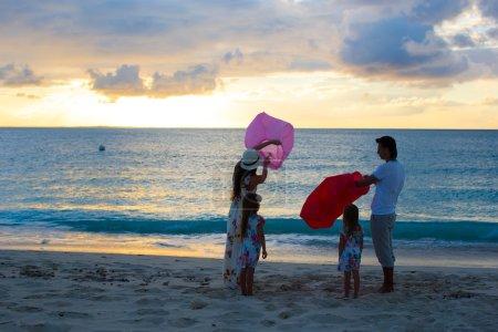 Photo pour Jeune belle famille avec deux enfants en vacances - image libre de droit