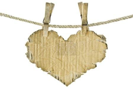 Photo pour Coeur de carton suspendu à une corde avec des pinces à linge - image libre de droit