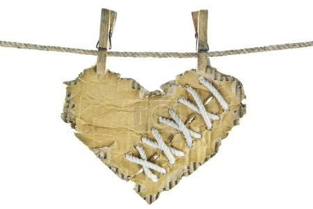 Photo pour El corazón de cartulina con cordones en un tendedero - image libre de droit