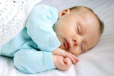 Suave bebé recién nacido dormido