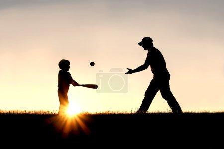 Photo pour Une silhouette d'un père et de son jeune enfant jouant au baseball à l'extérieur, isolés contre le ciel couchant un jour d'été . - image libre de droit
