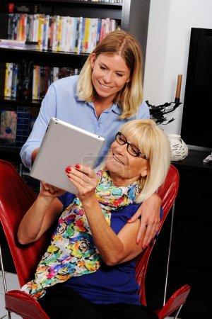 Seniorin bekommt Hilfe von Sozialarbeiterin im Heim
