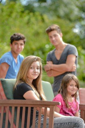 Photo pour Groupe d'adolescents sur une terrasse de la piscine - image libre de droit