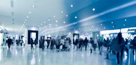 Personas borrosas en el corredor