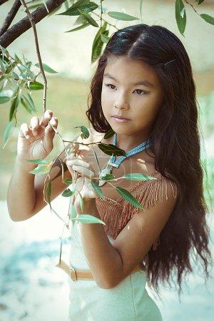Photo pour Jolie indienne fille posant à l'été en plein air - image libre de droit
