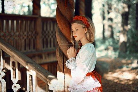 Photo pour Belle femme en robe folklorique russe - image libre de droit