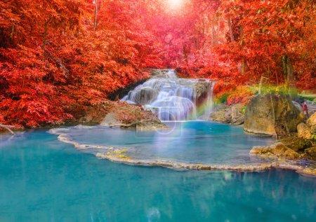 wunderschöner Wasserfall mit Regenbogen im tiefen Wald auf nationaler Ebene