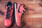 Mužské červené tenisky, styl