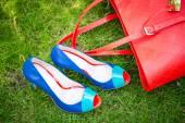 Modré boty a červenou tašku, kožené boty