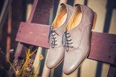 Dámská obuv visí z dřevěné desky