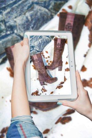 Photo pour Bottes d'achat en ligne, bottes pour femmes vente mode - image libre de droit