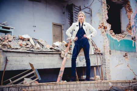 Photo pour La fille en manteau blanc, une nouvelle collection - image libre de droit