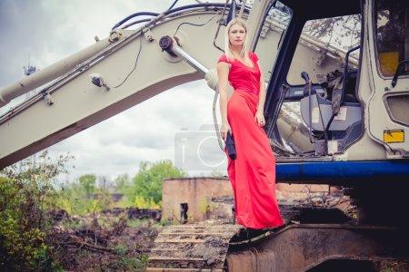 Photo pour La fille dans la robe rouge nouvelle collection de vêtements fasion - image libre de droit